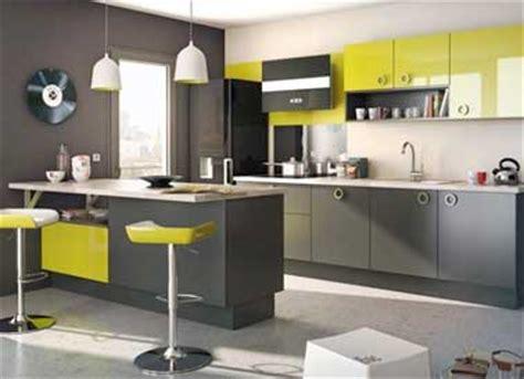 avis cuisines schmidt cuisine grise avec tabourets bar et meuble vert anis lapeyre