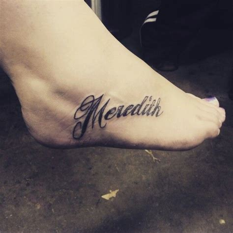 modele tatouage prenom ecriture pied tatouage femme