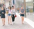 胡定欣風騷開餐行街打橫嚟 - 東方日報