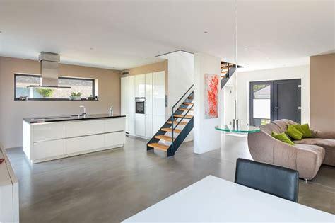 Einfamilienhaus Mit Loft Im Haus by Offener Wohnbereich Mit K 252 Che Einer Modernen Stadtvilla