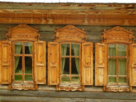Die Typischen Fensterläden Sibirischer Holzhäuser Fotos