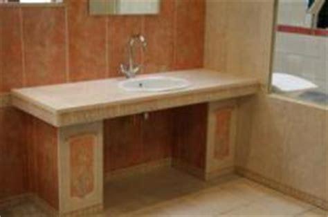 innentüren mit zarge weiß waschbecken mit ablage rechts und links in r 195 182 tlichem marmor gehalten bauunternehmen