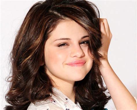 Female World Selena Gomezs Biography