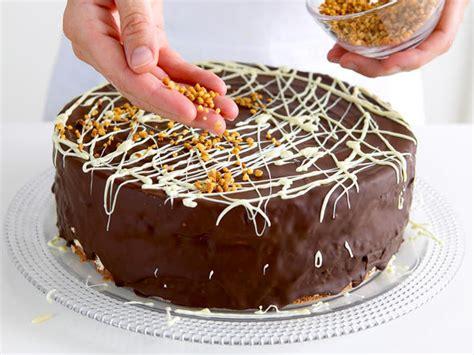 torten verzieren mit spritzbeutel schoko marzipan torte backen so geht s lecker