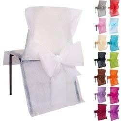 housse de chaise blanche mariage contenant dragées boîtes et décoration avec dragées anahita