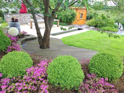 gartengestaltung pflegeleichte gärten garten auf drei ebenen mit einer sauna einem wasserbecken und einer baumbank