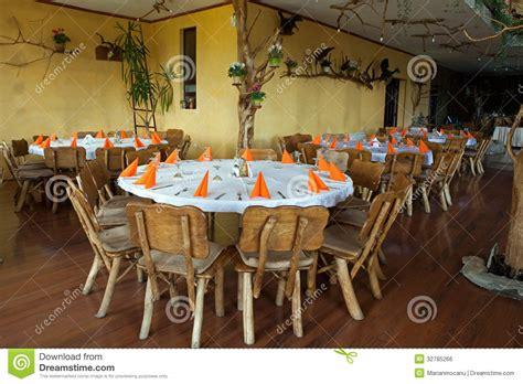 table et chaise restaurant chaises et table en bois dans le restaurant rustique image libre de droits image 32785266