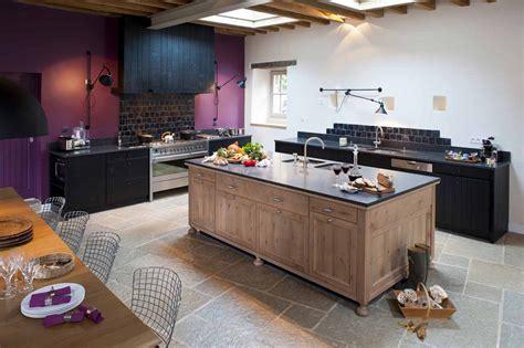 agencement cuisine cuisine en chene massif teintes noires ambiance