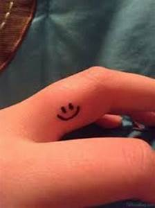 Finger Tattoo Symbole : 16 gracious smile tattoos on finger ~ Frokenaadalensverden.com Haus und Dekorationen