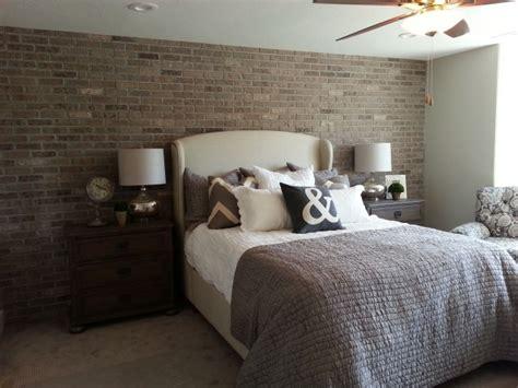 canapé imitation cuir vieilli papier peint imitation brique dans la chambre à coucher