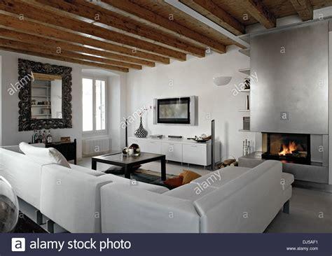 Stoff Sofa In Einem Modernen Wohnzimmer Mit Kamin Und
