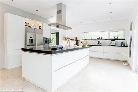 Elegante Küche Mit Schwarzen Natursteinarbeitsplatten