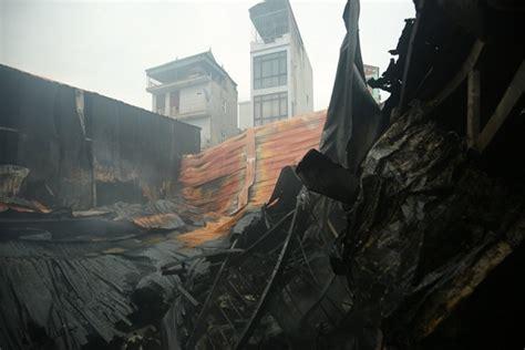 Khoảng 17h chiều 7/5 đám cháy dữ dội sau tiếng nổ lớn từ căn nhà trên đường lạc long quân, phường thời điểm xảy ra cháy, có nhiều người mắc kẹt trong căn nhà. Công an thông tin về vụ cháy khiến 8 người chết và mất ...