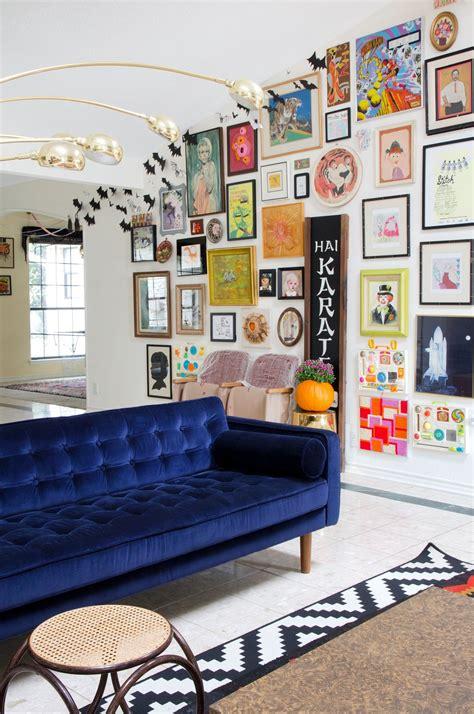 stunning living rooms  blue velvet sofas funky