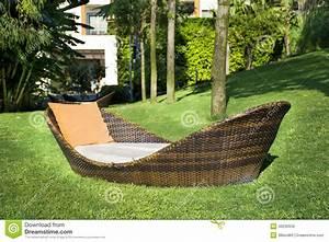 Salon De Jardin Pliant : lit pliant de salon dans un jardin vert image stock ~ Teatrodelosmanantiales.com Idées de Décoration