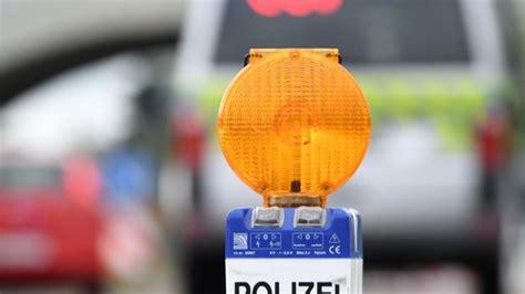 hochzeitsgesellschaft haelt polizei  atem