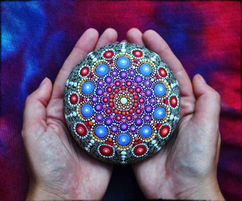 esta artista convierte en hermosos mandalas  las rocas