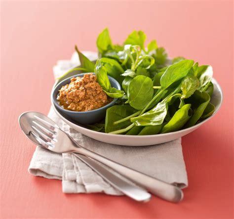 comment cuisiner les foies de volaille recette salade aux herbes et foies de volaille