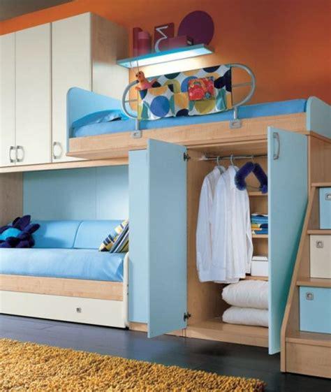 Kinderzimmer Gestalten Hochbett by Jugendzimmer Mit Einem Hochbett Und Einem Sofa Blau Und