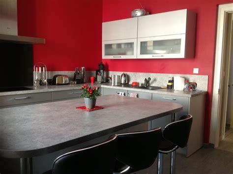 mur cuisine framboise décorer les murs de ma cuisine grise et