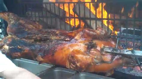 cuisiner au feu de bois cuisson d 39 un cochon à la broche de 65kg au feu de bois