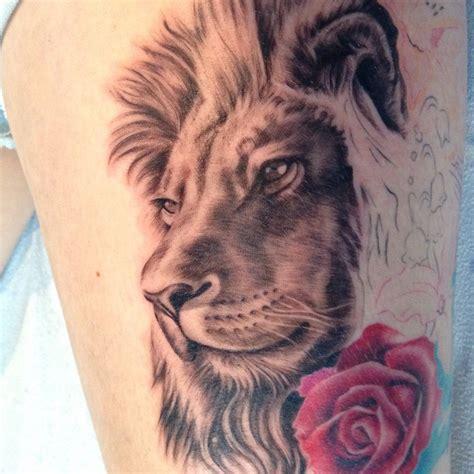 magnifique tatouage femme lion avec rose cuisse tatouage