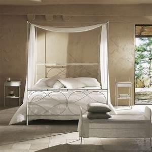 Bett An Der Decke : gro bett mit baldachin ein boho chic inspiriert schlafzimmer einem rahmen an der decke ~ Frokenaadalensverden.com Haus und Dekorationen