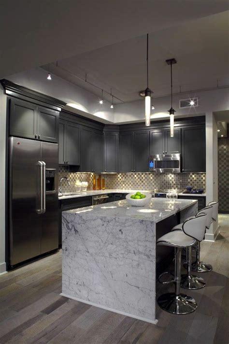 muebles de color gris en la cocina  una isla central