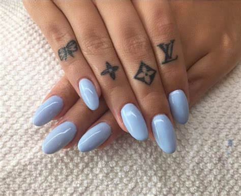 finger frau these 45 finger tattoos are every s summer goals