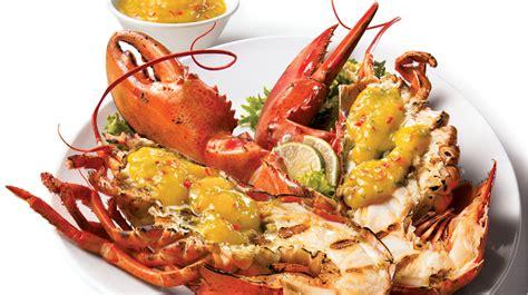 cuisine langouste plancha homards grillés sur le barbecue et sauce à la mangue