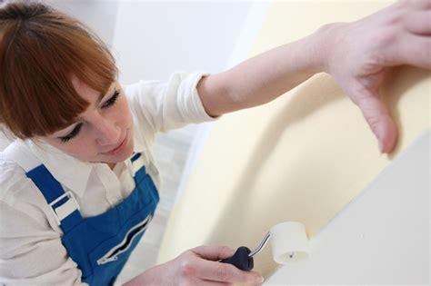 küchenrückwand auf tapete kleben vinyltapete kleben 187 anleitung so wird s gemacht