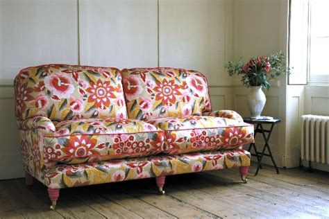 sofa mit blumenmuster stoffe und tapeten mit blumenmuster tolle innenausstattung ideen