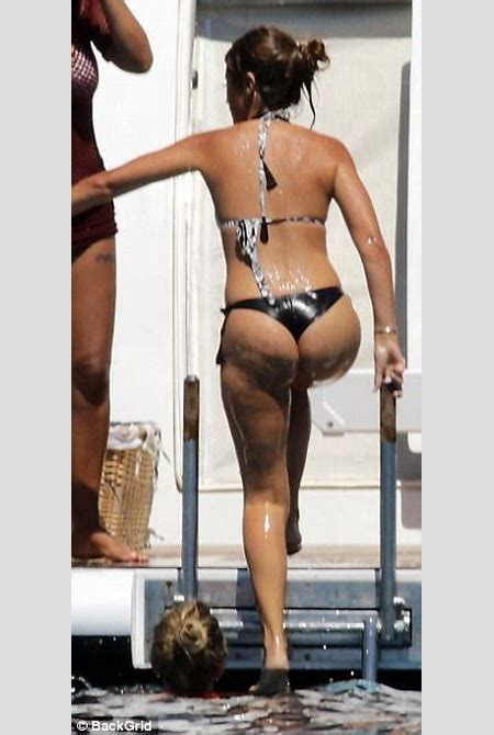 WAG Antonella Roccuzzo displays her svelte figure in Ibiza | Daily Mail Online