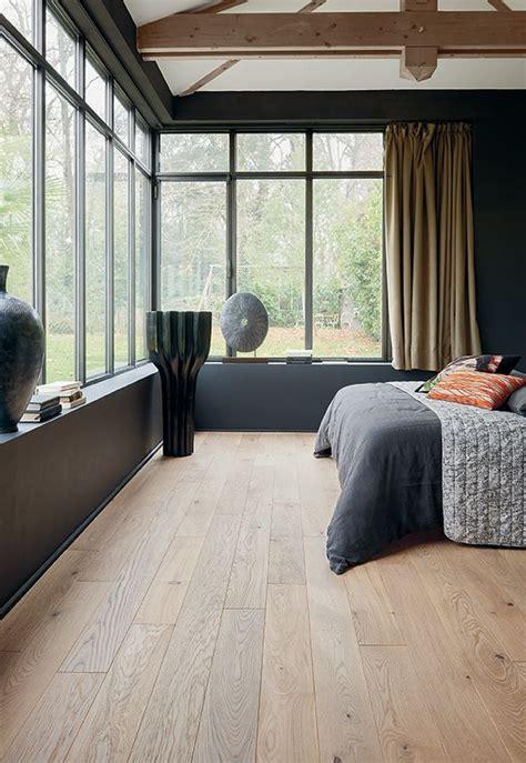 chambre parquet gris chambre contemporaine baignée de lumière naturelle avec