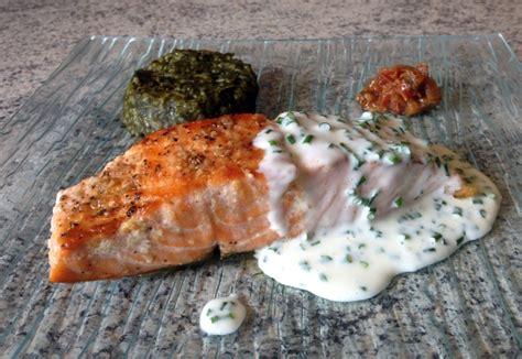 cuisiner le pavé de saumon recette de pavé de saumon grillé à la crème de ciboulette