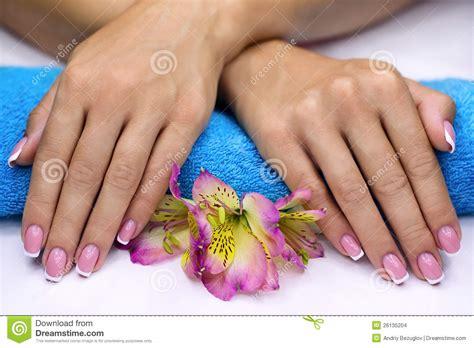 Najpopularniejszym a zarazem najbardziej neutralnym zabiegiem kosmetycznym upiększającym paznokcie jest manicure klasyczny. Dzięki niemu nasze paznokcie.