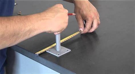fixer un support fixation au sol pour poteau en bois