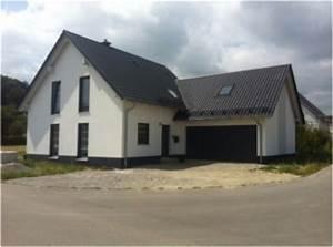 Anbau Einfamilienhaus Beispiele : einfamilienhaus mit doppelgarage satteldach ~ Lizthompson.info Haus und Dekorationen