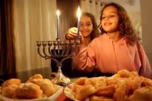 Menorah Lighting by Qu Est Ce Que Hanouka Tout Ce Qu Il Faut Savoir Sur