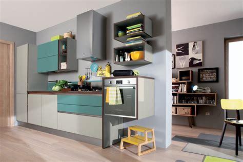 cucine con mensole cucine con elementi colorati mensole vani a giorno