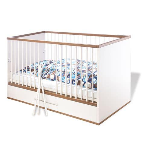 chambre bebe lit et commode chambre bébé complète lit bébé évolutif commode à langer