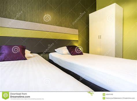 chambre d hotel avec chambre d 39 hôtel verte avec deux lits photo stock image