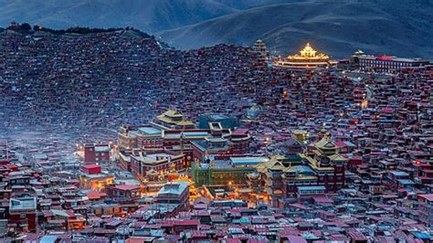 china tibet buddhist prayer festival   larung gar