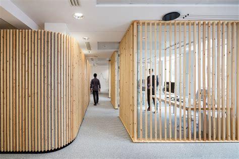 bureau ikea verre comment décorer un intérieur avec des lames de bois
