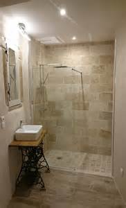 cr 233 ation d une salle d eau dans une de mes chambres 224 l italienne en travertin vasque