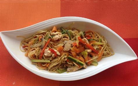 cuisine au wok poulet recette nouilles sautées aux légumes et au poulet