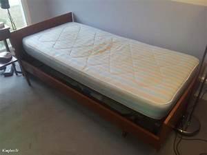 Lit Une Place : lit en bois une place sommier m tallique r glable ~ Teatrodelosmanantiales.com Idées de Décoration