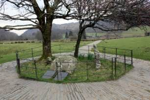 gelerts grave beddgelert  jeff buck geograph britain