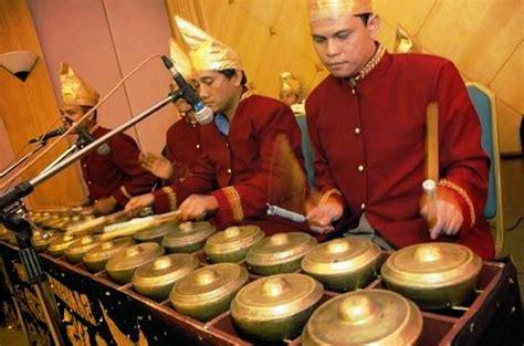 Alat musik tradisional dari indonesia bangsa indonesia merupakan bangsa yang kaya akan kebudayaan terutama di bidang kesenian yang talempong merupakan alat musik tradisional berasal dari daerah sumatera barat yang terbuat dari logam dan tembaga cara menggunakan nya. Alat musik traditional Indonesia ~ Kumpulan Materi