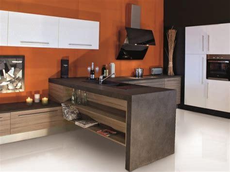 cuisine moderne colorée et épurée possédant un meuble en